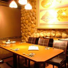少人数用の個室です。温かな雰囲気、人目の気にならない個室席で人気です。接待や合コン・女子会、誕生日会におすすめのお席です。飲み放題付の和食コースは4000円~ご用意致しております。自慢の仙台名物を盛り込んだ和食とこだわりの日本酒をお楽しみいただけるコースとなっております。ぜひ当店をご利用くださいませ。