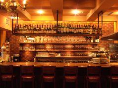お洒落なカウンター席。ワイン片手にソムリエと談笑したり、デートの利用も♪飲むワインに合わせて最適なグラスを選んでくれます。