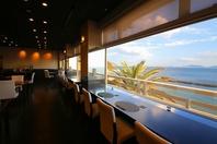 オーシャンビューの開放感溢れるレストラン