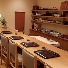 【カウンター全7席】料理人の匠の技を間近で見られるカウンター席は特等席。ゆとりある間隔で8席ご用意致しております。ゆったりとお寛ぎいただきながらお食事をお愉しみ下さい。