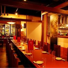 1階のテーブル席。貸切は35名様位~。奥の部屋には酒のセラーが。とても圧巻で、1、2を争う人気席。