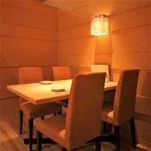 洗練された上質な個室をご用意致しております。こちらのお席は2名様~4名様までご利用頂けます。落ち着きある空間で、当店自慢の和食料理をご堪能ください。また、種類豊富な日本酒もございます。ぜひ料理とご一緒にご賞味くださいませ。