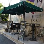 入口の横に設置された外のテーブル席。