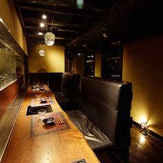 日暮里駅前7F♪調理場に向かったカウンター席は座り心地の良いソファー席です。2名用のお席なので、カップルでのご利用にも最適です。
