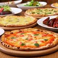 【こだわり生地のピッツァ】独自の配合と手ごねで作るこだわりの生地。店内にある石窯で一つ一つ丁寧に焼き上げる手作りピザはパリッと軽く、中はもっちりとした焼き上がり♪さらにチーズにもこだわっているので、本場ナポリの味をお楽しみください!