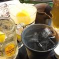 当店では、燻銀名物レモン酎ハイを5種類ご用意しております。他のお店にはなかなかない「金魚レモン酎ハイ」は、唐辛子のピリッとした辛味がクセになる金魚鉢のようなレモン酎ハイ!「ビターレモン酎ハイ」は、りんどうから採る苦味材を使用した「大人味」レモン酎ハイ!