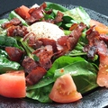 料理メニュー写真温玉とカリカリベーコンのほうれん草サラダ