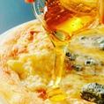 とろとろのチーズがたっぷり乗ったピザにハチミツをかければ絶品に★デザート感覚でお楽しみください。