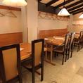 【1F テーブル席】 どなたでもお食事しやすいよう、店内は全席椅子とテーブルのお席となっております。