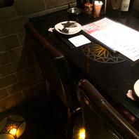 テーブル&床面はガラス製のカウンター席