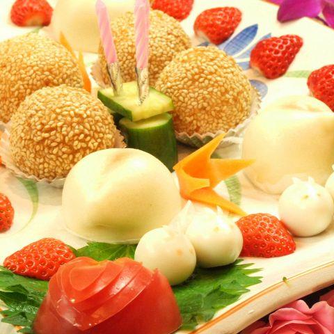 """中国で伝統の""""幸せを願う""""桃まんとゴマ団子の可愛いデザート盛り合せ。誕生日や記念日、お祝い事、各種宴会などにはお店からサービス!前日までに要予約。"""