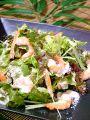 料理メニュー写真ぷりぷり小海老の温玉シーザーサラダ