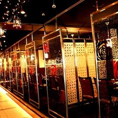 お席を仕切るパーテーションは、赤と黒のグラスでシックな雰囲気を演出してくれます☆