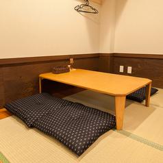 小上がりのお座敷テーブル席。靴を脱いでリラックスしてお食事をお楽しみください