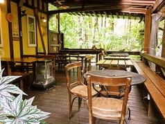 晴れた日は風に当たりながらお食事をお楽しみいただけます。テーブル2名用、3名用、4名用、8名用がございます。