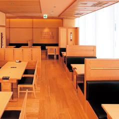 京都の風情を感じるテーブル椅子席。ちょっとしたご接待にも使える4名掛けの窓際BOX席(3席)をはじめ、半個室なら6名様~14名様まで対応可能。ご家族でのお食事や女子会に♪大人数でのご利用のお客様は、事前にご予約いただくとご案内がスムーズになります。