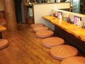 木の床とテーブル、クッションでおくつろぎいただけます。
