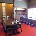 広間。16名テーブル席。人数に応じて個室としてお使い頂けます。