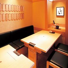 テーブル席にのれんをかけての半個室のお席でございます。女子会や大人数でのお食事会など、各種ご宴会や飲み会に最適お席です!お座敷はちょっと…という方には特にお勧めです。皆様で是非、京素材を使用した八かく庵自慢のとうふ・和食料理と日本酒をご堪能ください♪ご予約はお早めにお願い致します。
