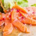 料理メニュー写真サーモンのカルパッチョ(バカ盛りサイズもあり!)
