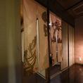 個室の入口は暖簾でプライベート空間を演出