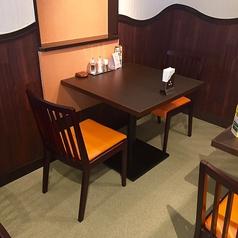 2名様用のテーブル席が5テーブルございます。※お子様用の椅子を追加・入れ替えもできます。