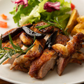料理メニュー写真呪われそうな勢いのある鶏モモ肉の悪魔風 テキーラ仕立て