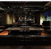 店内フロア貸切は平日40名週末は55名様以上で利用可。シックで茶色い革ソファーは座り心地も抜群!