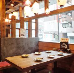 気軽に立ち寄りやすい雰囲気。ふらっと入って、塚田で元気に賑やかな空間を演出します。