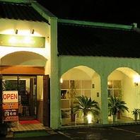 真っ白な壁とオレンジ色のカワラ屋根が目印!駐車場有◎