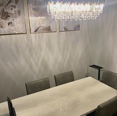 8名様までOKの完全個室♪ホワイト・グレーを基調とした落ち着いたおしゃれ空間で本格韓国料理を♪※席料としてお1人様400円頂いております。ご了承くださいませ。