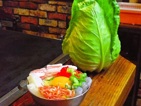 自家農でとれた新鮮な野菜と厳選した素材で、美味しいお好み焼きが食べられる店。