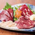 熊本県より直送の馬肉(桜肉)は高たんぱく低カロリーで、近年注目を集めています。上質な脂は牛肉脂に比べるとカロリー半分で女性にも大変人気がございます!霜降り・たてがみ・赤身ヒレ・カルビ生ハムなど盛り合わせも人気です!通の方には人気のたてがみと鹿児島醤油を共にどうぞ♪