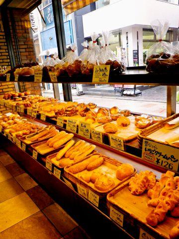 ランチタイムにはこだわりの種類豊富なパンも食べ放題なので、とってもお得。