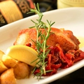 料理メニュー写真地鶏とじゃがいも、ドライトマトのローズマリー風味ロースト