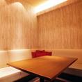 流行のカフェ系個室!!ウッド調の壁紙が◎カラオケ・DVDプレーヤー・スマホ充電器完備!