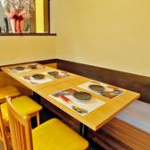 4名様用テーブル3卓、2名様用テーブル4卓ご用意致しております。テーブルを繋げて、1組10名様までご利用可能です。