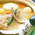 料理メニュー写真タッハンマリ:鳥を丸ごと1羽と野菜をじっくり煮込み、だしの効いた人気料理。