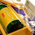 日本酒提供【冷】 ボトル薫り高い日本酒は、その香りを存分に楽しめるワイングラスで!木製のボトルクーラーでよーく冷やしてご提供!