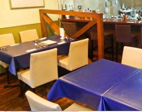 白と群青色で統一された店内は心温まる料理と相性ばっちり。清潔感のある白と大人の雰囲気の群青色の店内でごゆっくりお過ごしください。