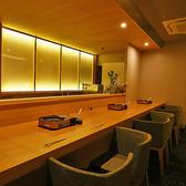 【カウンター8名様迄】8名様までお座りいただけます。広く設けられたカウンターでは目の前で調理や仕上げをご覧いただけます。特別感あふれるカウンター席はデートでのご利用にもおすすめです。