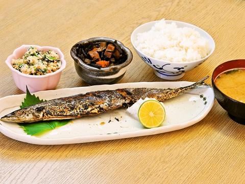 神鉄湊川駅・地下鉄湊川公園駅より徒歩5分。ランチも食べられる駅近お食事処。