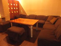ゆったりとしたソファー席は合コンにも、定番の飲み会にも◎