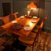 他のテーブルと少し離れたテーブル席