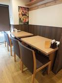 落ち着いた木目調のインテリアと、広いピッチのお席は、あらゆるシーンで利用可能!絶品のスープカレーとお酒とおつまみを心行くまでお楽しみください☆