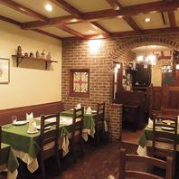 白壁、レンガと木の落ち着いた内装はまさにイタリア!