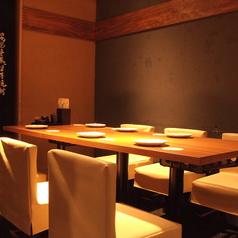 【テーブル】40席の半個室は、テーブルごとに仕切りがあるので少人数でもご利用戴けます。