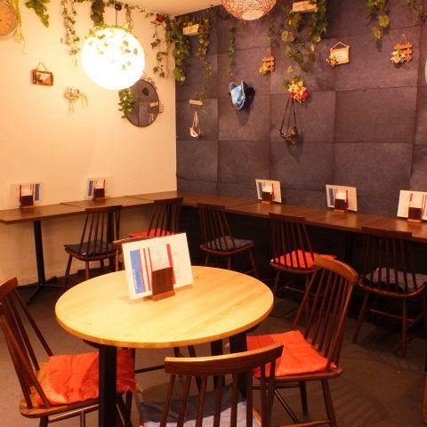 わくわくするような小物やオシャレなグリーンで飾りつけした店内♪カウンター席、テーブル席、ソファー席、ボックス席など様々なタイプの席をご用意しました!!おひとり様から大人数まで、人数を気にせずお食事いただけるカフェです☆