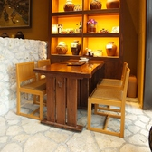石畳み取り囲むテーブル席