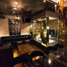 VVIPルームへは隠し扉を開けて入ります☆ソファのお席とテーブル席をご用意!ラグジュアリーな雰囲気のお部屋を多数ご用意☆最大25名様までパーティー可能です